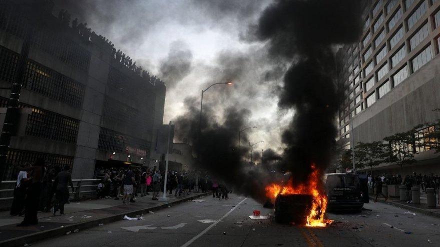 ABD'de emekli siyahi polis göstericiler tarafından öldürüldü