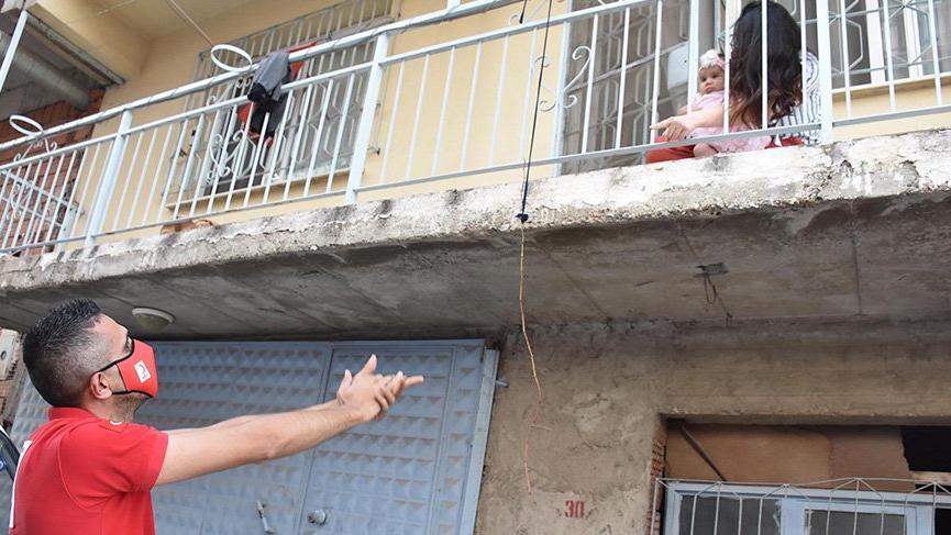 Kızılay görevlisi, eşini ve yeni doğan bebeğini balkondan görebiliyor