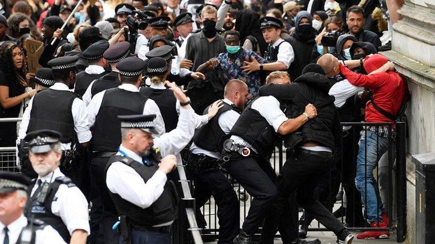 İngiltere sokakları karıştı! Çok sayıda polis yaralı...