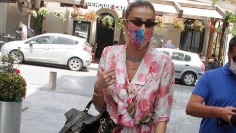 Özge Ulusoy, kıyafetiyle uyumlu maskesi ile dikkat çekti