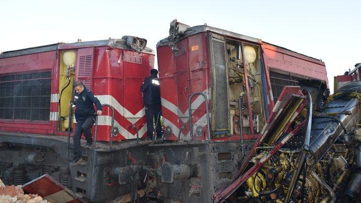 Yük trenleri kafa kafaya çarpıştı