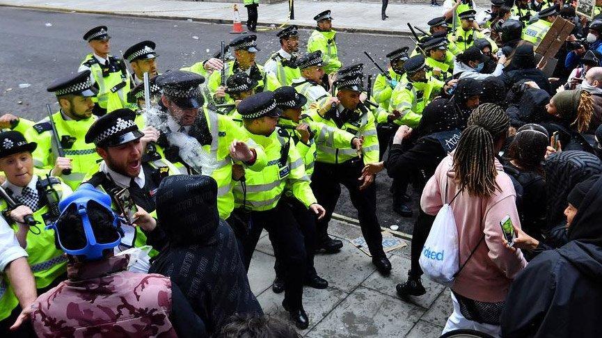 Protestolar sürüyor! İngiltere'de tehlikeli gerginlik...