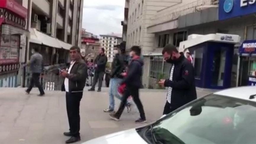 Depremin ardından halk kendini sokağa attı!
