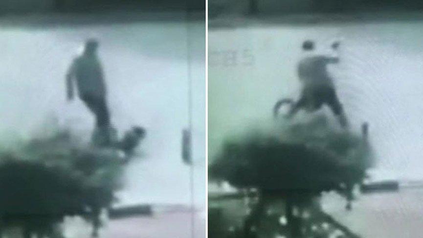 Bisiklet süren çocuğu tekme tokat dövdü!