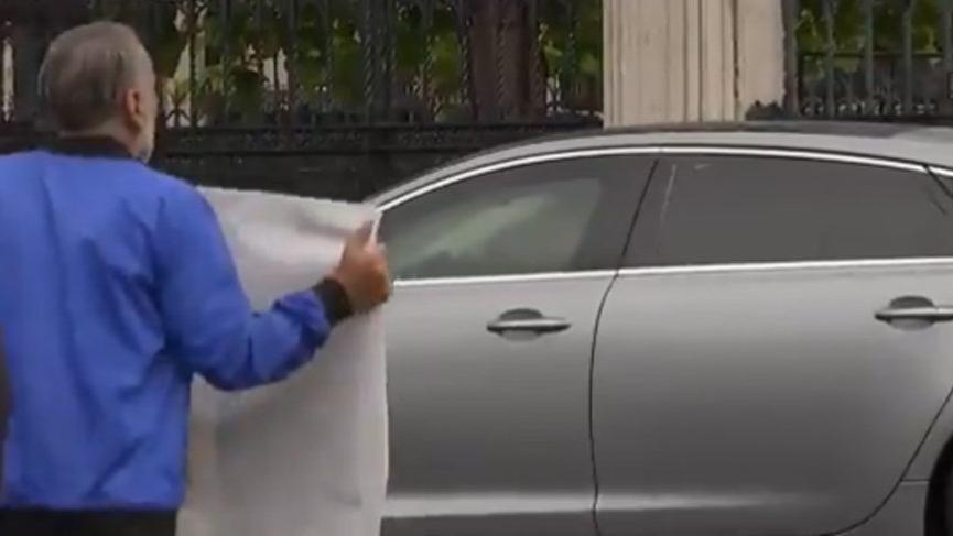 Yola atlayan protestocu İngiltere Başbakanı Johnson'a kaza yaptırdı!