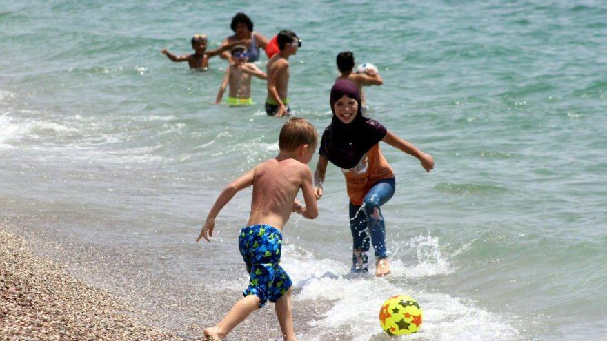 Antalya'da sıcaktan bunalan denize koştu