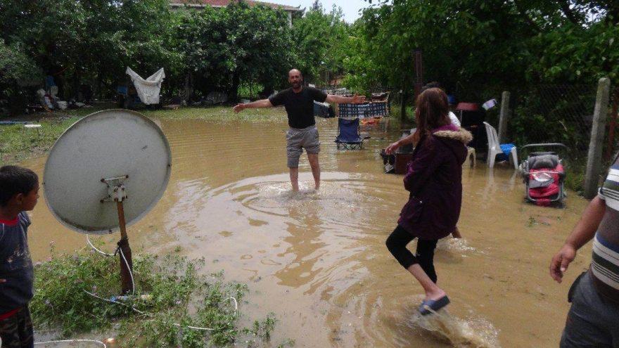 Silivri'de sağanak yağmur sonrası bazı evleri su bastı