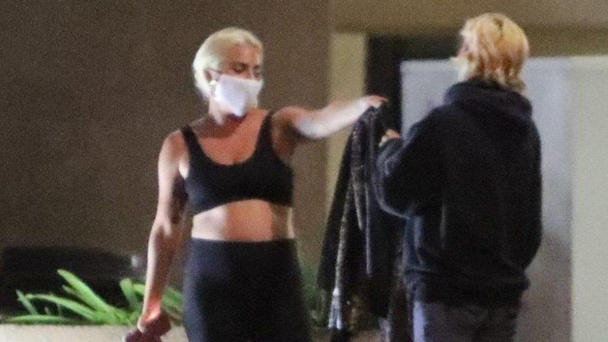 Lady Gaga bir hayranına üstündeki ceketi hediye etti