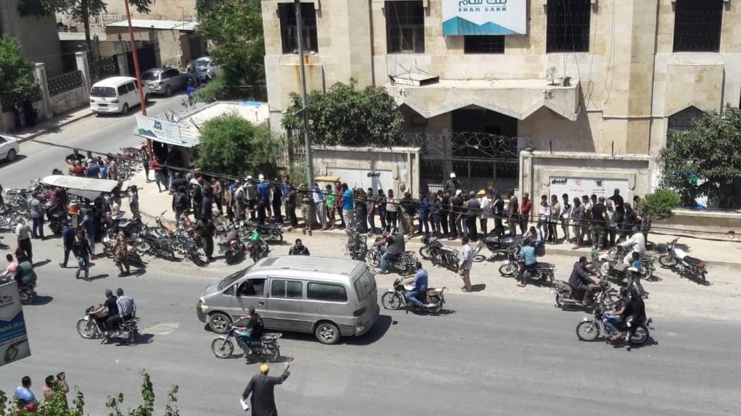 Esad ailesi yaptırım yedi, Suriyeliler TL'ye koştu