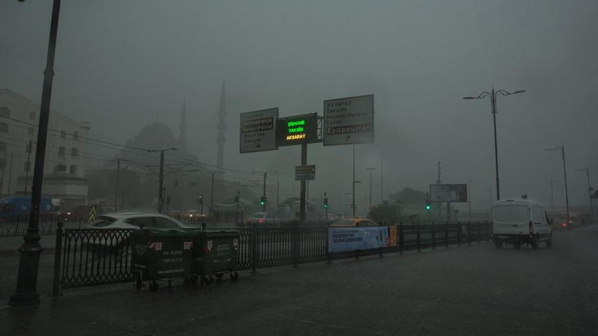 İstanbul'da sağanak etkili oldu! Hava karardı aniden bastırdı