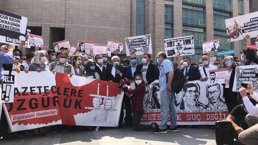 Duruşma öncesi tutuklu gazetecilere destek