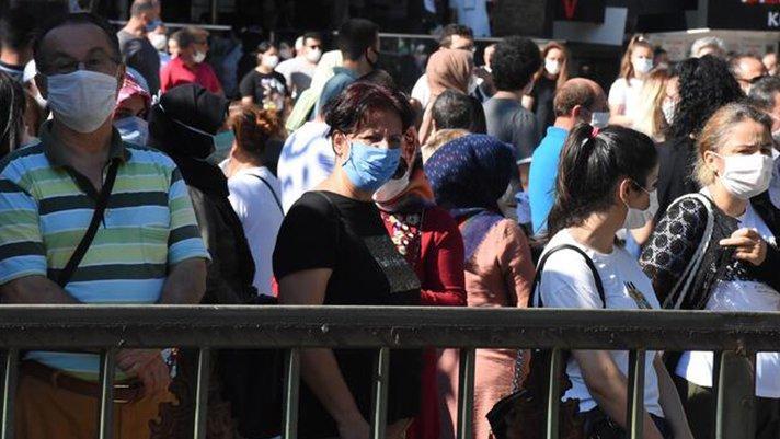 2.4 milyon öğrenci corona gölgesinde ter döktü! Sosyal mesafe yine hiçe sayıldı