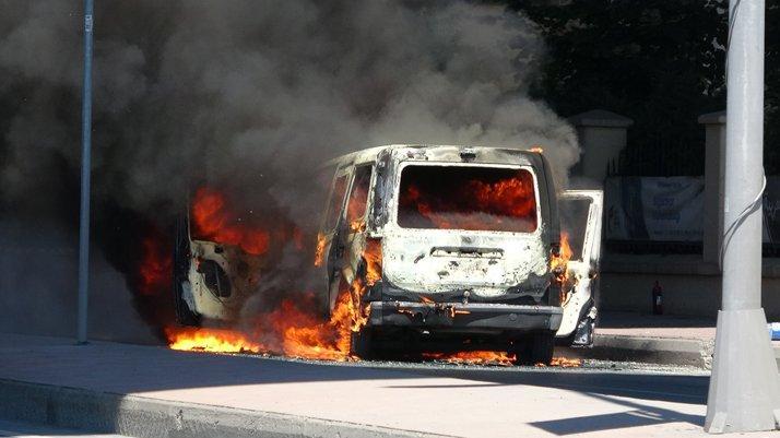 İstanbul'da hareketli dakikalar: Araç yandı, cadde kapatıldı