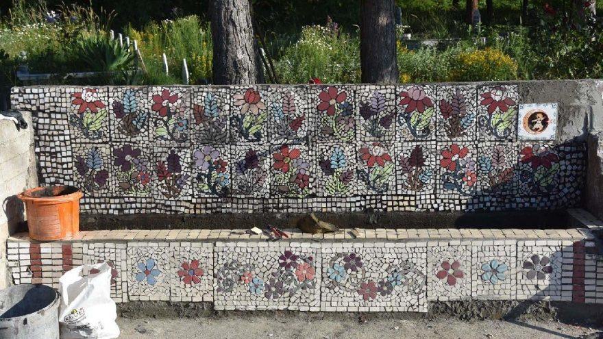 Kadınlardan hayrat çeşmelerine mozaik işlemesi
