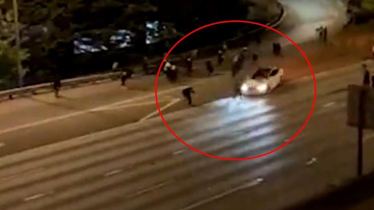 Göstericilerin arasına otomobille daldı! Bir kişinin hayati tehlikesi sürüyor