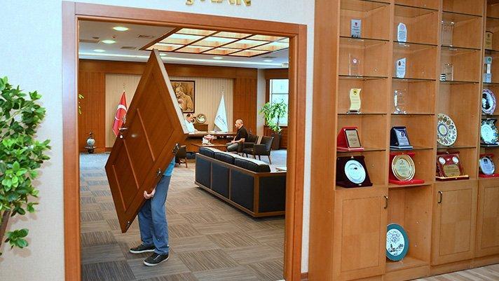 CHP'li başkan makam odasının kapısını söktürdü