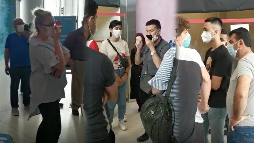 İstanbul Havalimanı'nda saatlerdir corona testi için sıra bekleyen Türk vatandaşları isyan etti