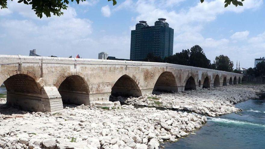16 asırlık köprüye yine sprey boyayla yazı yazdılar