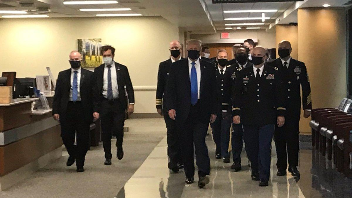Trump ilk kez maske ile görüldü!