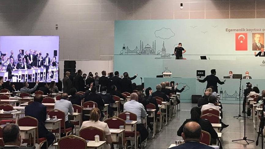 İBB Meclisi'nde Ayasofya gerginliği! 'İstikametini kaybettiren anket sonuçları mı?' dedi, mikrofonu kapandı