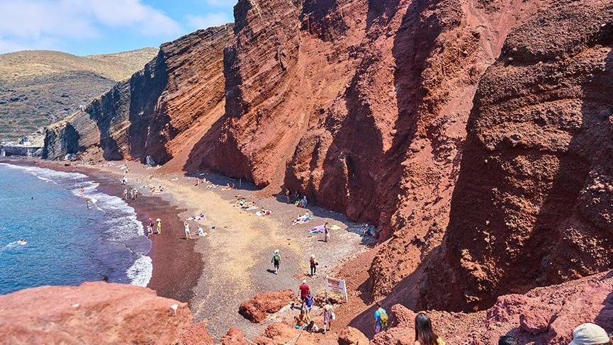 Santorini Adası'nın kırmızı plajı