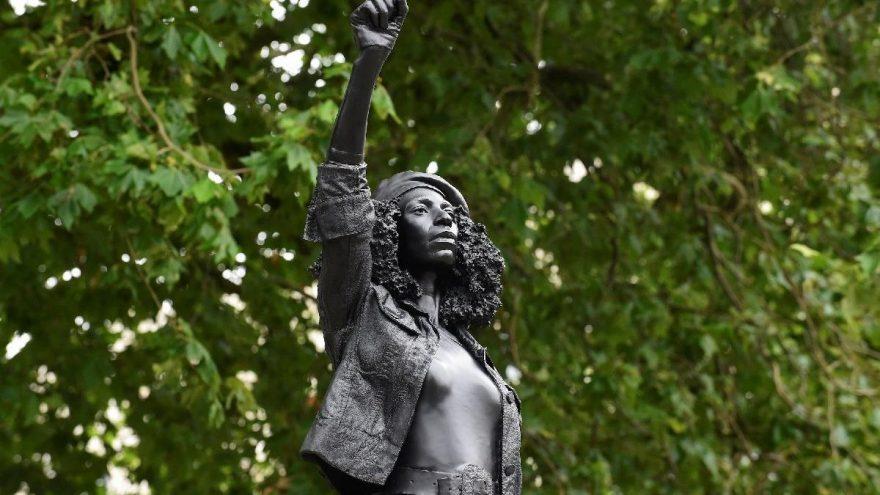 İngiltere'de devrilen köle taciri heykelinin yerine protestoculardan birinin heykeli dikildi