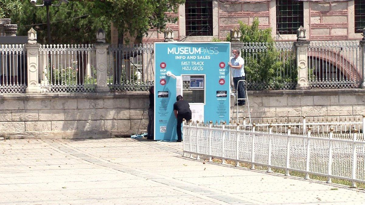 Ayasofya'daki bilet satış gişesinin yazıları söküldü