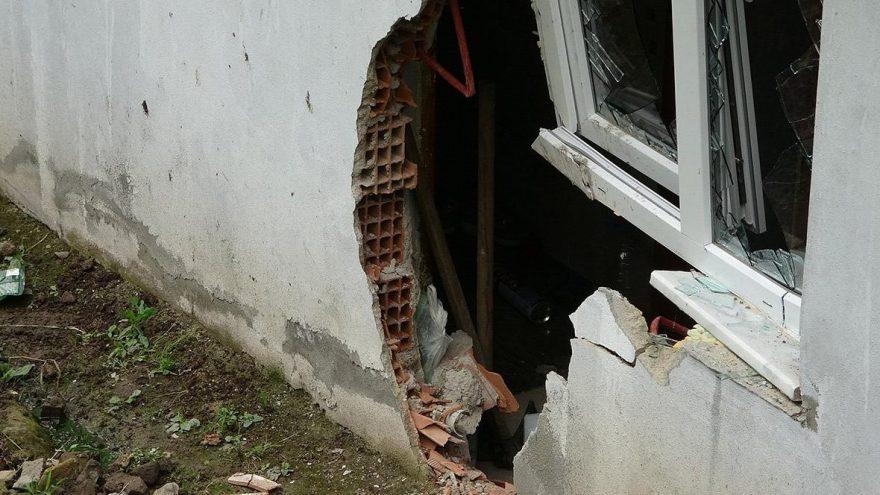 1 tonluk kaya yuvarlanıp eve isabet etti: Çamaşır makinesi kurtardı