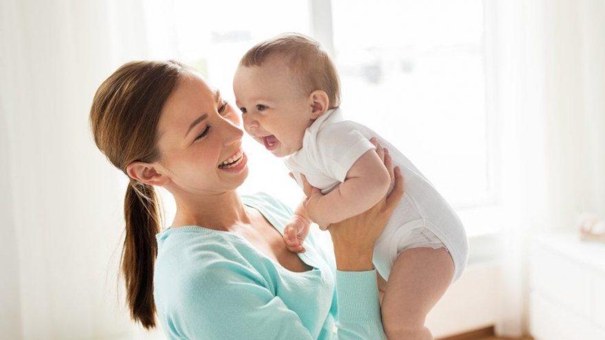 Bebekleri kucağa alıştırmak doğru mu?