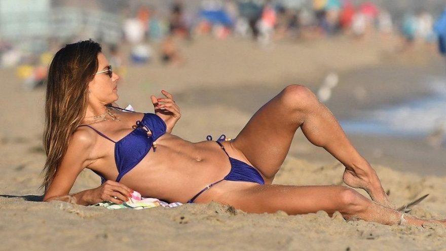 Alessandra Ambrosio'nun dikkat çeken plaj çekimi