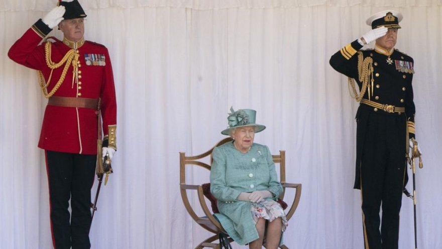 Kraliçe Elizabeth'in muhafızları işten çıkartılıyor