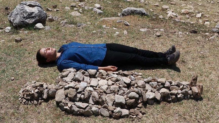 Öldürülen kadınlar için taştan heykel yaptı