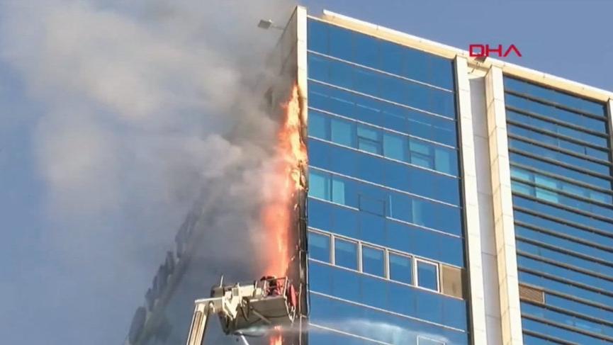 Ankara'da iş merkezi yangını! Binanın parçaları yayaların üzerine yağdı