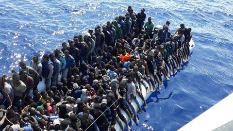 Akdeniz'de sürükleniyorlardı! Bir tekne dolusu göçmende corona çıktı