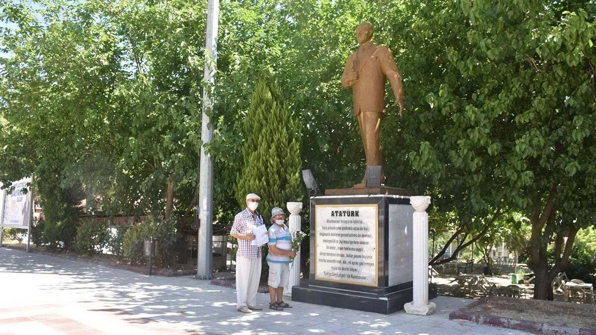 Atatürk anıtına çiçek koymak suç sayıldı!