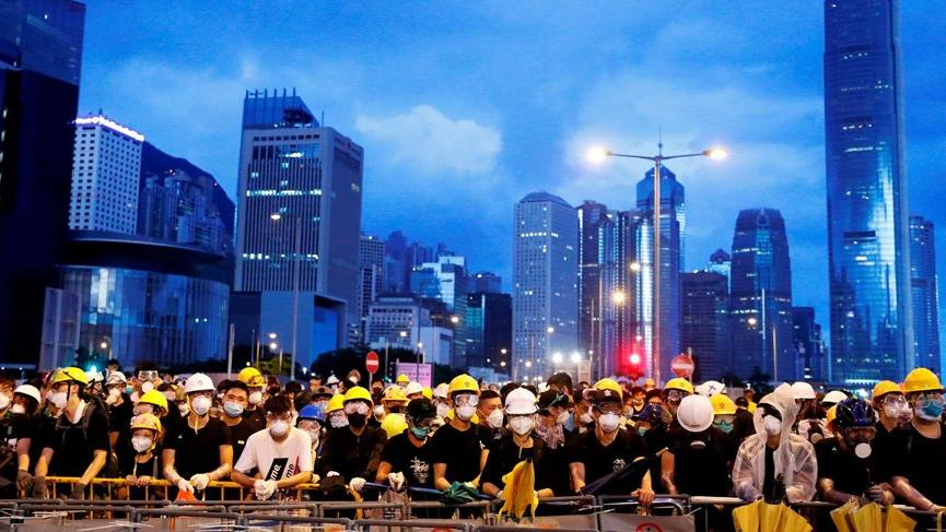 Hong Kong'da seçimler bir yıl ertelendi!