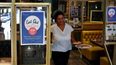 İngilizler, yarı fiyatına yemeklerin tadını çıkarıyor