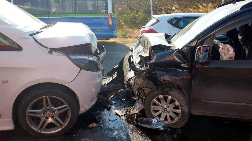 Feci kaza! İki araç kafa kafaya çarpıştı: Çok sayıda yaralı var