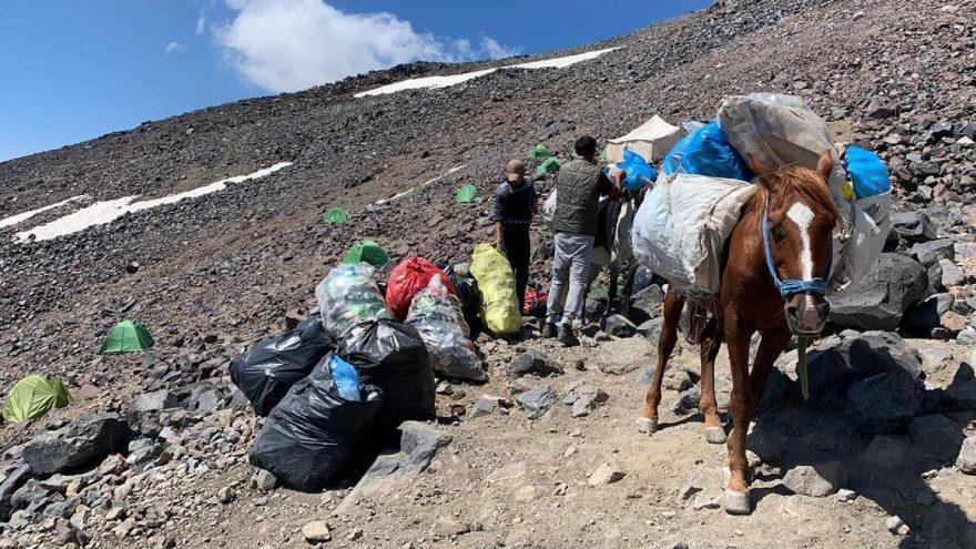 Ağrı Dağı'nın dorukları çöplüğe döndü