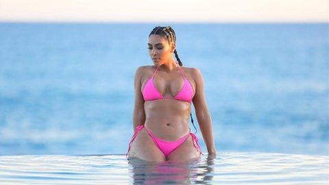 Kim Kardashian geri döndü! Bikinili pozları nefes kesti