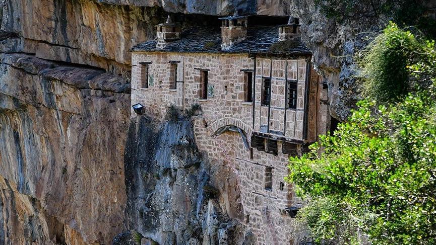 Sarp kayalara oyularak yapılan Theotokou Kipinas Manastırı