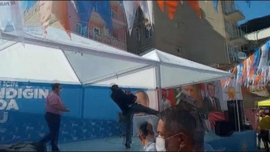 AKP kongresinde kürsüye tekme atıldı!