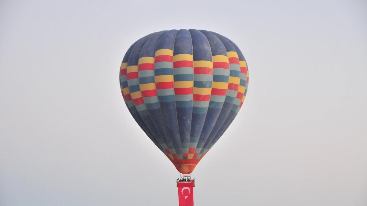Kapadokya'da sıcak hava balonları Atatürk posteri ve Türk bayraklarıyla havalandı