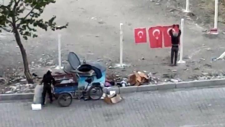 Çöpte buldukları bayraklara sahip çıkan iki kardeş 30 Ağustos töreninde