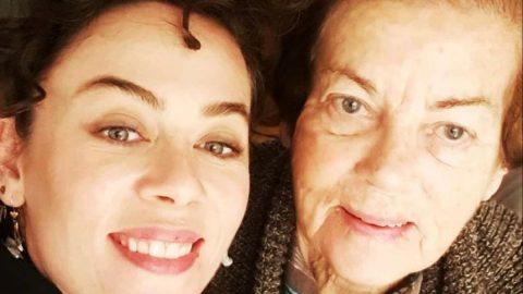 Babaannesini kaybeden oyuncu Demet Evgar gözyaşlarını tutamadı