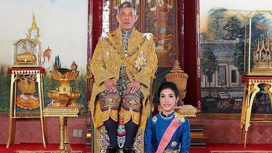 Tayland Kralı'ndan 'resmi metresine' af! Hapisten çıkıp corona haremine girdi