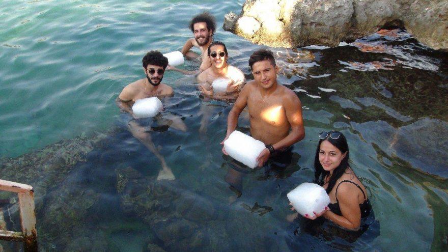 Sıcaklar tavan yaptı tatilciler kucağında buz kalıplarıyla denize girdi