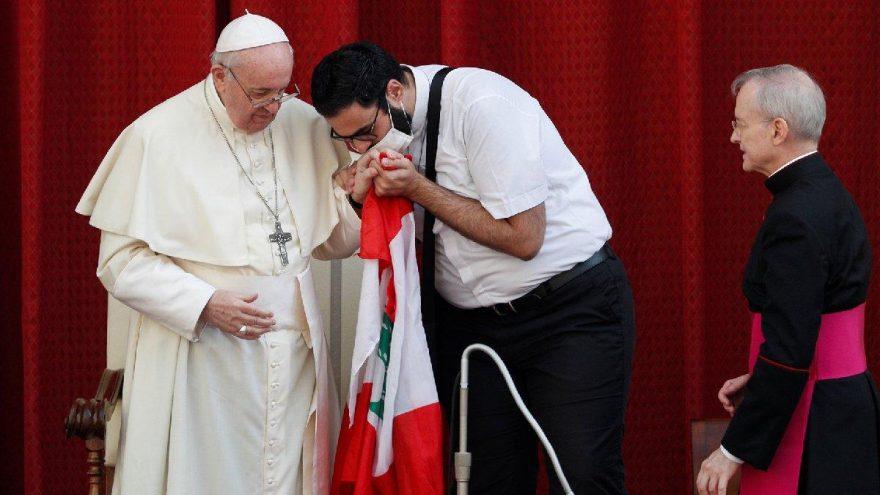 Papa'dan aylar sonra ilk ayin! Sahneye atlayıp öptüler