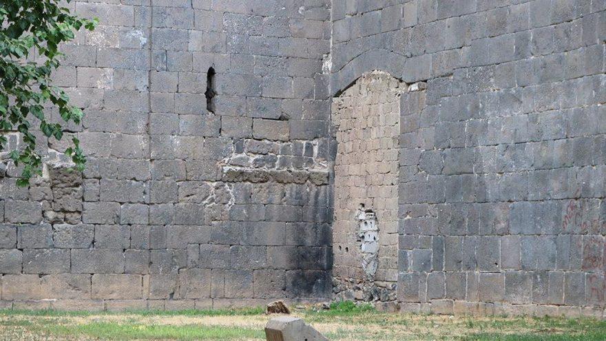 5 bin yıllık Diyarbakır surlarının bir kapısı briket ile kapatıldı