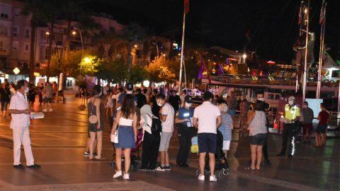 Marmaris polisi turistlere maske dağıttı
